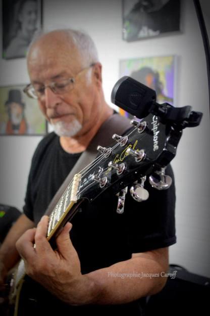 Et sa guitare...